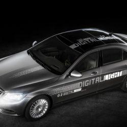 Mercedes-Benz показала адаптивную оптику Digital Light, способную рисовать на дороге различные знаки
