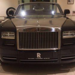 В Санкт-Петербурге мужчина со львенком пришел в автосалон Rolls-Royce » Новости со всего мира,Интересные новости,Интересные факты,Новости России сегодня,.