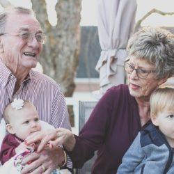 Исследование показало, что малышей не следует оставлять у бабушки