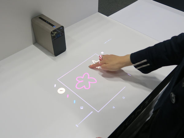 Проектор Sony Xperia Touch G1109 поддерживает сенсорный ввод