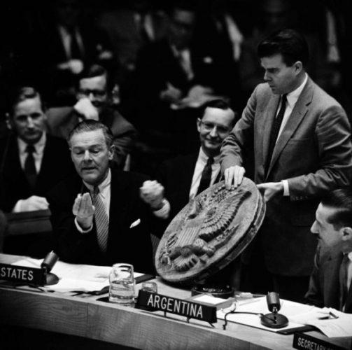 Представитель США в ООН Генри Кэбот Лодж демонстрирует советский «жучок», 1960 год, США