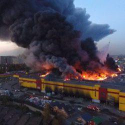 """Строительный рынок """"Синдика"""" охватило пламя"""