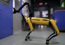 Робот SpotMini компании Boston Dynamics научился открывать двери, используя свою руку-манипулятор