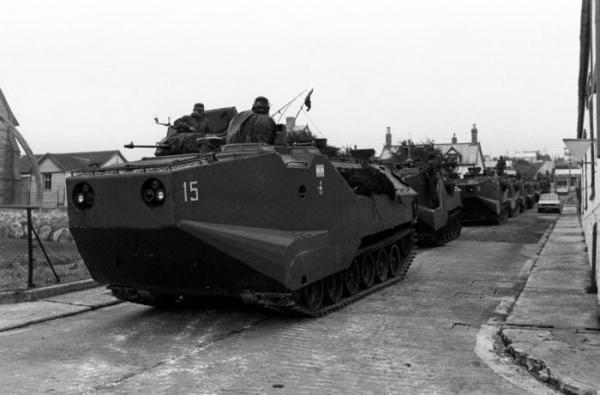 """""""Амтраки"""" аргентинской морской пехоты в захваченном Порт–Стэнли, 2 апреля 1982 года, Фолклендские острова"""