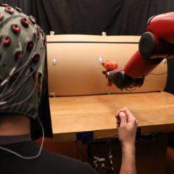 Новая система позволяет человеку контролировать действия роботов при помощи жестов и мыслей