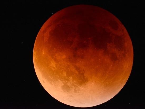 Лунное затмение 27 июля станет судьбоносным: астрологи рассказали, чего опасаться