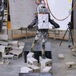 Робот Atlas демонстрирует чудеса ловкости при движении по очень сложной поверхности