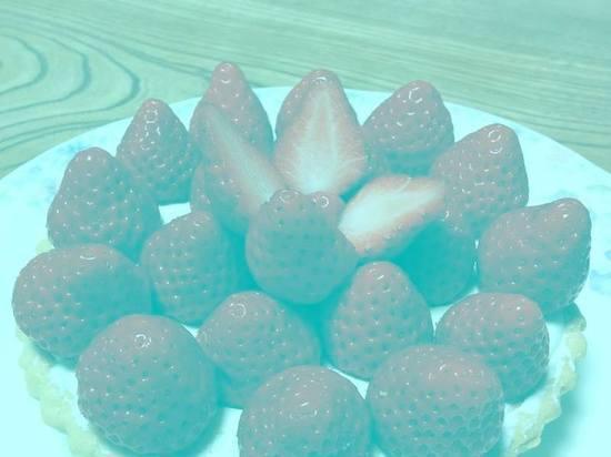 Интернет-пользователей поразила иллюзия красной клубники без единого красного пикселя