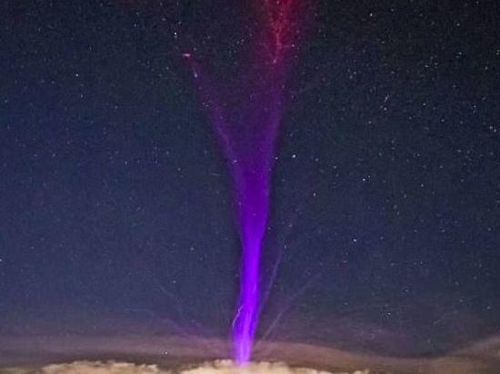 В интернет попал завораживающий снимок таинственной фиолетовой молнии