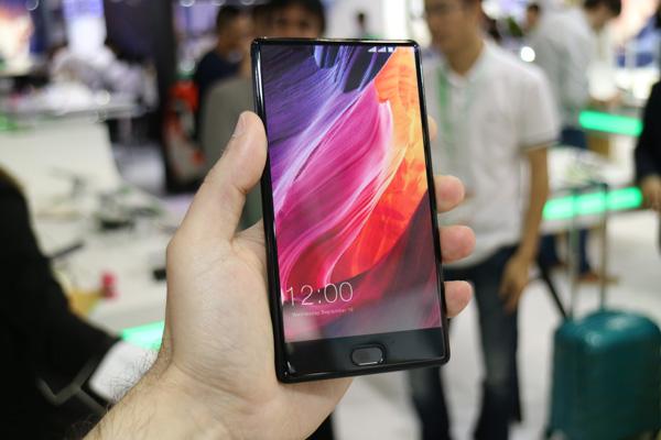 Смартфон Leagoo T-MIX похож на Xiaomi Mi Mix только внешне