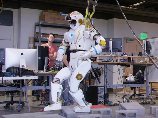 Инженеры продемонстрировали робота-гуманоида, которого ожидает прогулка по Марсу
