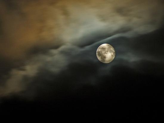 "На Луне уфологи нашли ""рукотворную пирамиду"""