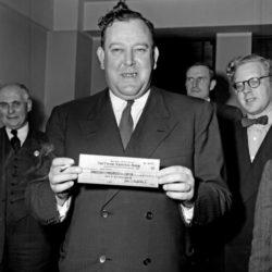 Первый генсек ООН Трюгве Ли демонстрирует чек на $8,5 млн, 1947 год, США