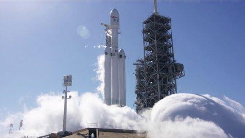 Компания SpaceX успешно провела первый тест всех двигателей ракеты Falcon Heavy, уже установленной на стартовой площадке