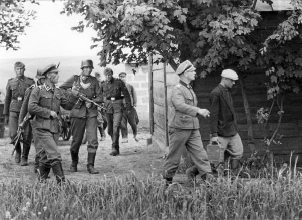 Немецкие солдаты и русский мужик, 1941 год