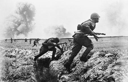 Штрафбат идет в атаку. 1944 г.