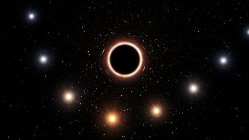 Черная дыра, гравитация которой деформирует звездный свет, стала еще одним доказательством теории Эйнштейна