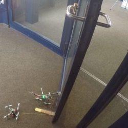 FlyCroTugs - крошечные летающие роботы, способные открывать двери и поднимать вес, в 40 раз превышающий их собственный