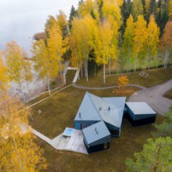 Современная лесная резиденция у озера в Финляндии